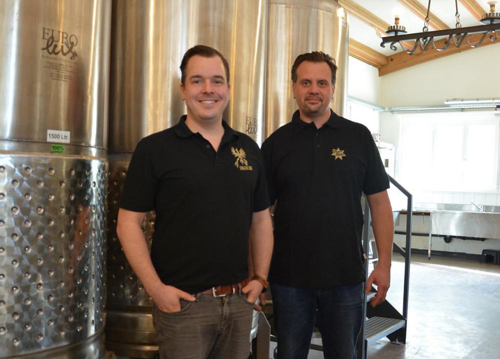 Entwickeln zusammen das Haslital-Bier weiter: Christian Bachmann (l.) und Bruno Stoller, Braumeister Brauerei Thun AG. Bild: Nathalie Günter