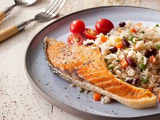ข้าวผัดธัญพืชกับสเต็กปลาแซลมอน