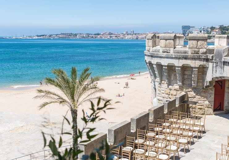 Forte Da Cruz is a beach castle wedding venue in Portugal. The ceremony can be held outdoors, at the lower terrace. The outdoor has a beautiful castle tower balcony with the view of the beach. It has another balcony where you have the a bar.