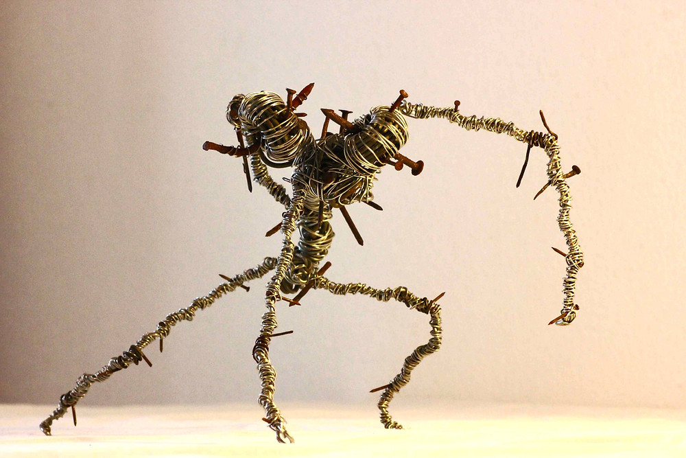 Sculpture art récup d'une créature bicéphale en fils de fer et clous recyclés