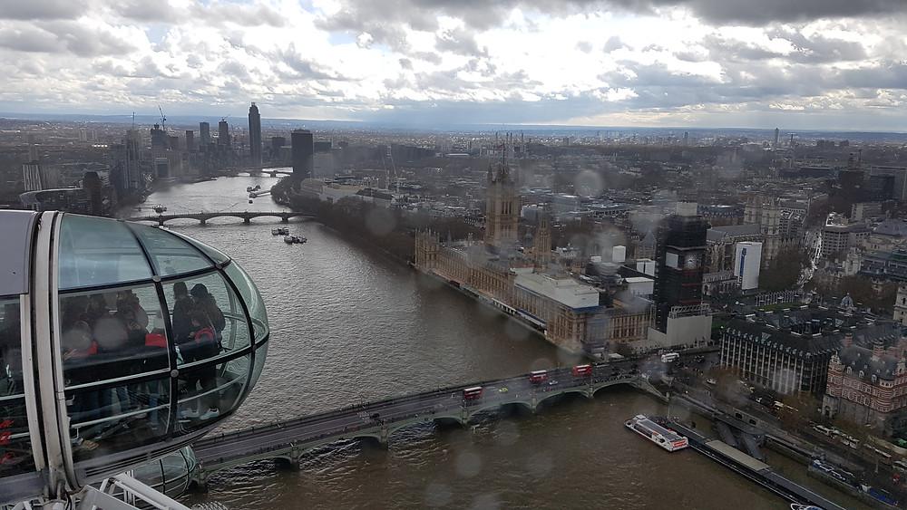 Vista do alto da London Eye: é possível contemplar o Rio Tâmisa e o Parlamento (com o Big Bem em reformas). O dia de céu nublado e os chuviscos prejudicaram um pouco a foto.