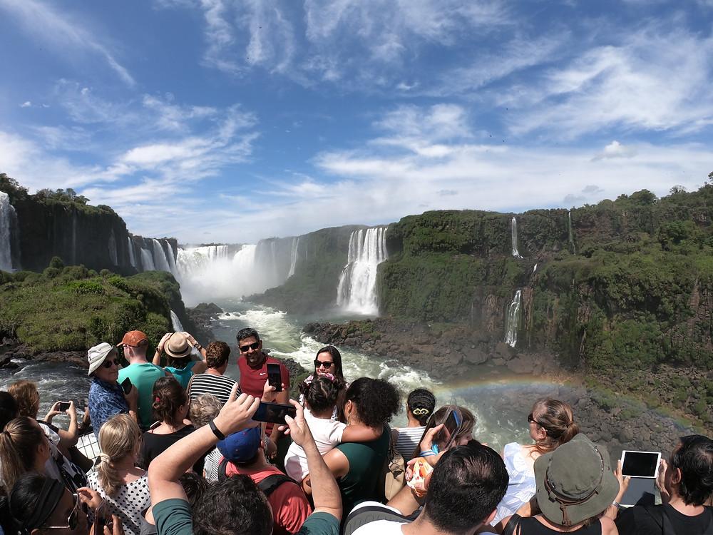 Foto da passarela que permite visualizar a Garganta do Diabo, nas Cataratas do Iguaçu.