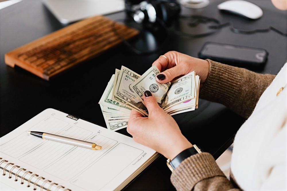 Manos de mujer contando dinero