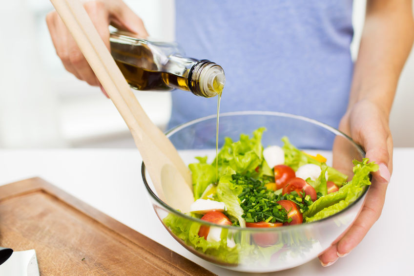 Schweizer verwenden Olivenöl vorwiegend für Salatsaucen (Bild: dolgachov 123rf) evoo ag