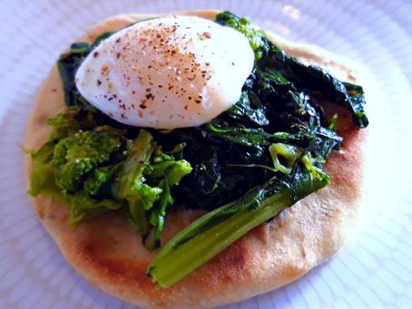 Pizzette bianche senza lievito cotte in padella con verdure e uova di quaglia