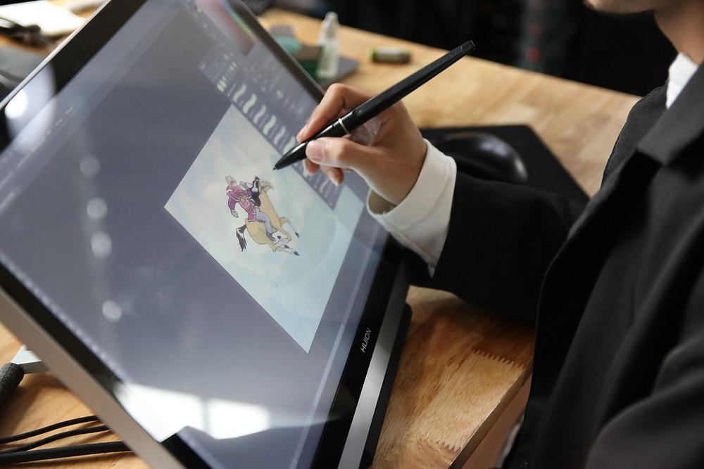 họa sĩ background artist tại DeeDee Animation Studio đang sử dụng bảng vẽ điện tử