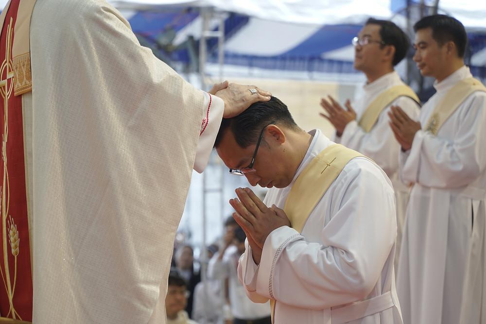 Hình 6: Đức Cha Chủ Tế đặt tay và cầu nguyện