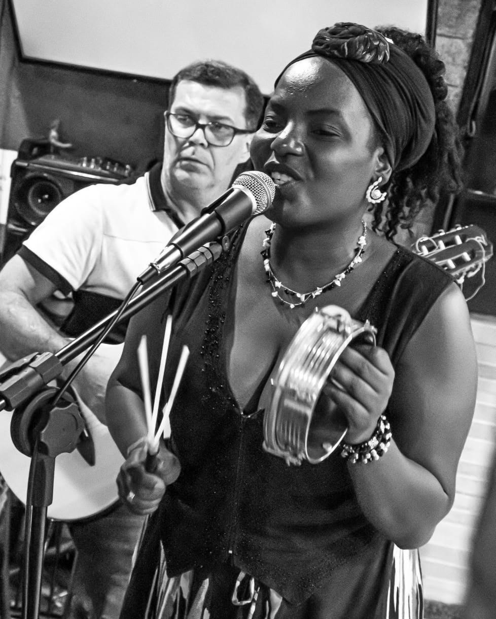 Edney Mesquita e Aline Ribeiro durante apresentação. Imagem presente no texto A pandemia e os shows ao vivo: como estão os artistas da noite carioca?