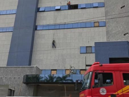 Cabo de aço se rompe e trabalhadores ficam pendurados durante manutenção em prédio