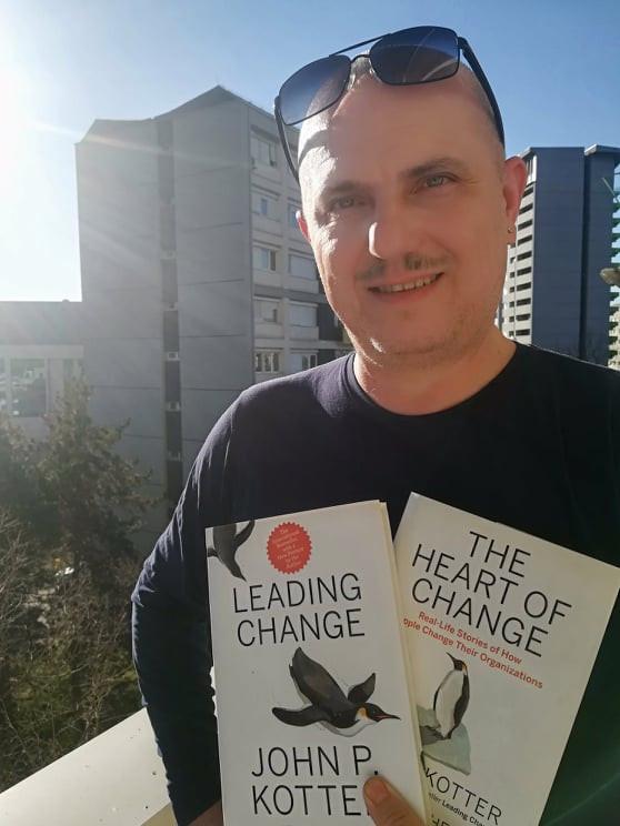 Венко Глигоров со двете ударни книги на John Kotter