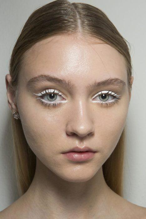 Delineador branco, white eyeliner, 2020 makeup trend, tendência de maquiagem 2020