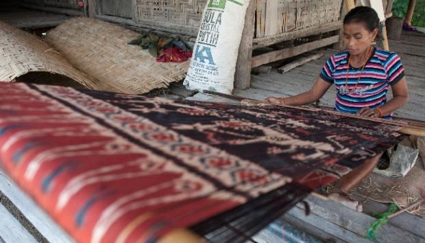 Seorang warga membuat tenun ikat khas Sumba di Desa Prailiu, Sumba Timur, 24 Juni 2017. Kerajinan kain tenun dengan pewarna alami tersebut banyak dikembangkan warga sebagai bisnis sampingan di bidang pariwisata.