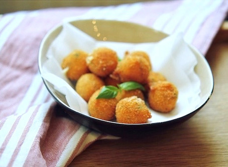 Knusprig gebackene Mini-Mozzarella-Basilikum Bällchen