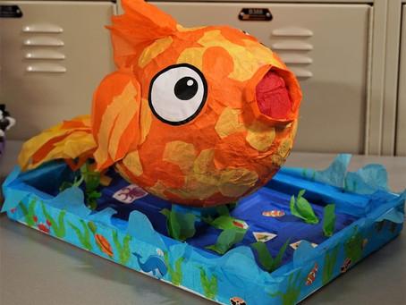 Estudiantes crean piñatas