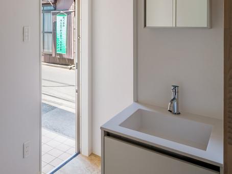 「玄関に洗面器.手洗い器を設える。」 「小さなワークルーム」アフターコロナの住まい:01.02