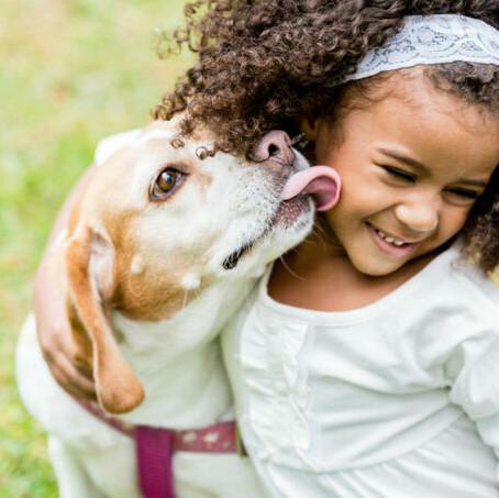 Os benefícios da convivência entre crianças e cachorros