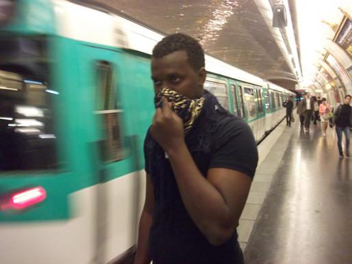 PARIS:  envahit par une mystérieuse odeur de souffre