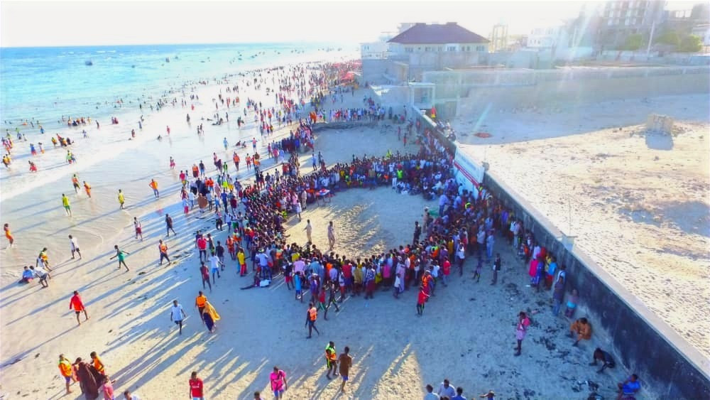 Residents of Mogadishu enjoying the weekend at Lido beach. With the improving security situation, social life is thriving in #Somalia. The country's beautiful beaches providing the perfect relaxation.
