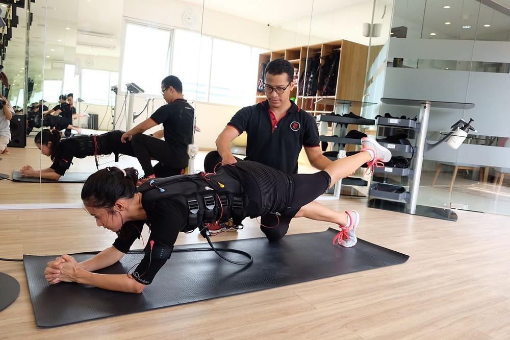 Rini Yulianti olahraga bersama PT (personal trainer).  #RiniBabyJourney #jurnalRIN