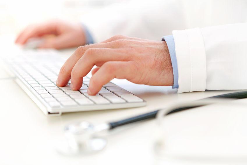 médico atendiendo a su paciente online