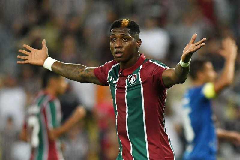 Yony González, milieu offensif de Fluminense, lève les bras