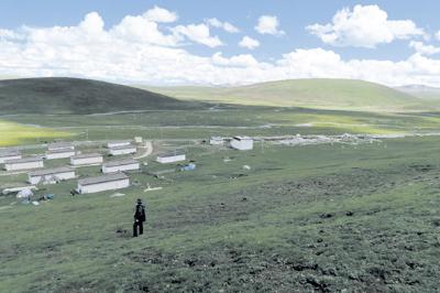 西藏高原上的石渠县日扎村进行着包虫病传播和国家防治计划效果的研究
