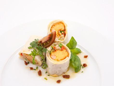 Wrap met scampi Thai curry kroket, sojascheuten en verse kruiden