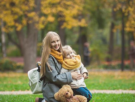 Семейная видеосъемка в осенних листьях