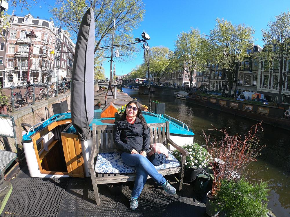 """Foto tirada em um banco, no """"teto"""" do Museu Casa Barco (Houseboat Museum) em Amsterdam, Holanda. À esquerda da foto está a entrada para o barco."""