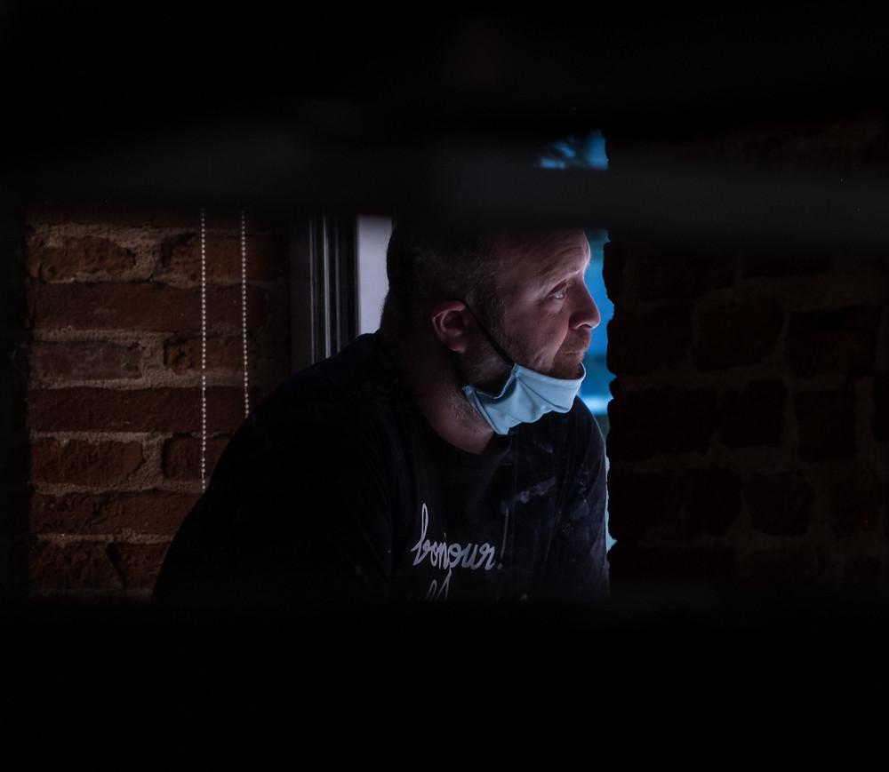 A l'entrée de son établissement, Jérémie attend les client à la porte, armé de son gel hydroalcoolique