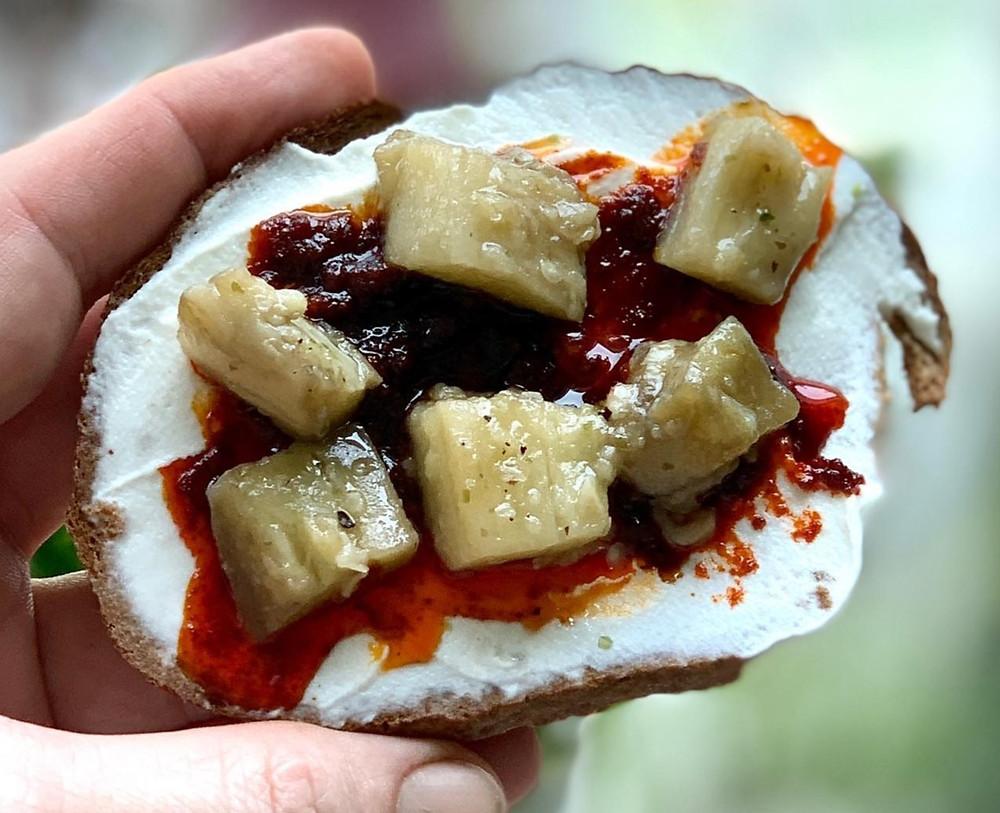 מתכון של חציל חצילים קונפי קל להכנה עם פרוסת לחם עם גבבינה לבנה ופלפל צ'ומה