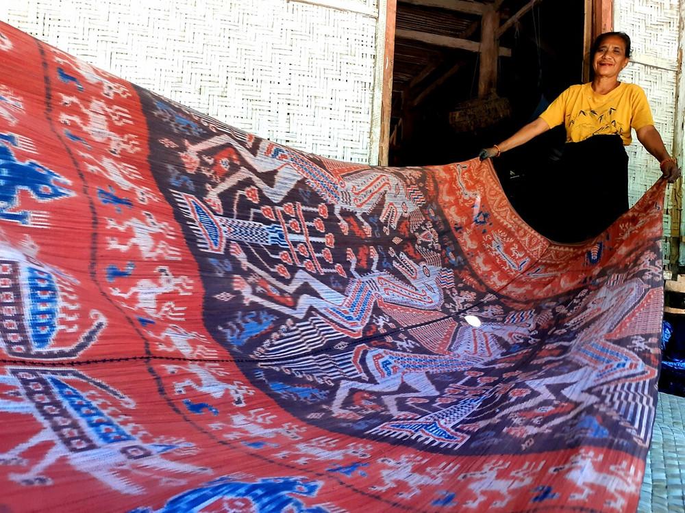Seorang perempuan perajin tenun Sumba menunjukkan salah satu karya tenun tua berusia 100 tahun warisan orang tuanya seharga Rp 25 juta, Rabu (1/5/2019) di Sumba Timur, NTT.