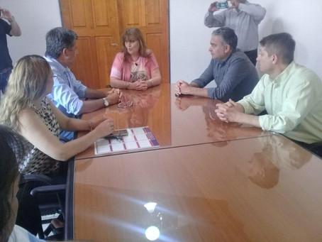 Menna, con los intendentes de Gaiman y 28 de Julio