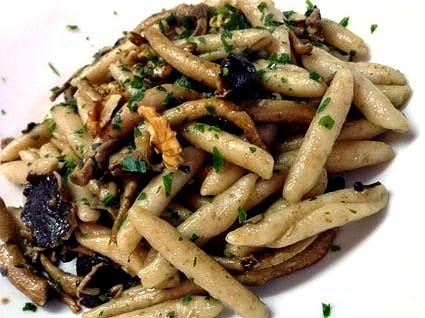 Pasta integrale con funghi e noci