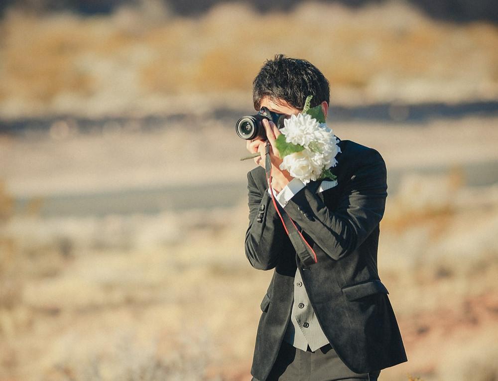ラスベガス 砂漠エリア ブライダル撮影 新婦を撮影する新郎
