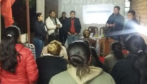 Vista de la reunión de los vecinos de San Ignacio con las autoridades policiales de Güemes. Fuente: El Tribuno