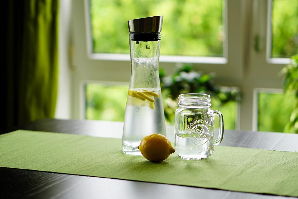 El agua con limón es una opción para tomar en ayunas.