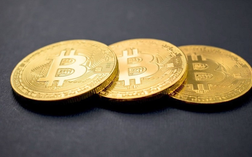 Drei Bitcoin auf dem Tisch