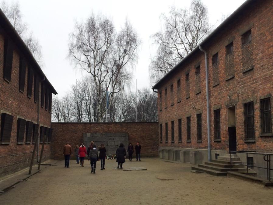 Auschwitz Toplama Kampı'nda 10. Blokla 11. Blok arasındaki ölüm duvarı.