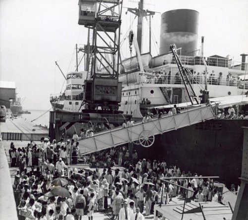 Kesibukan Pelabuhan Tanjung Priok difoto tahun 1938. Foto diambil dari koleksi Nationaal Archief Nedherand. Fotografer Onkebend.