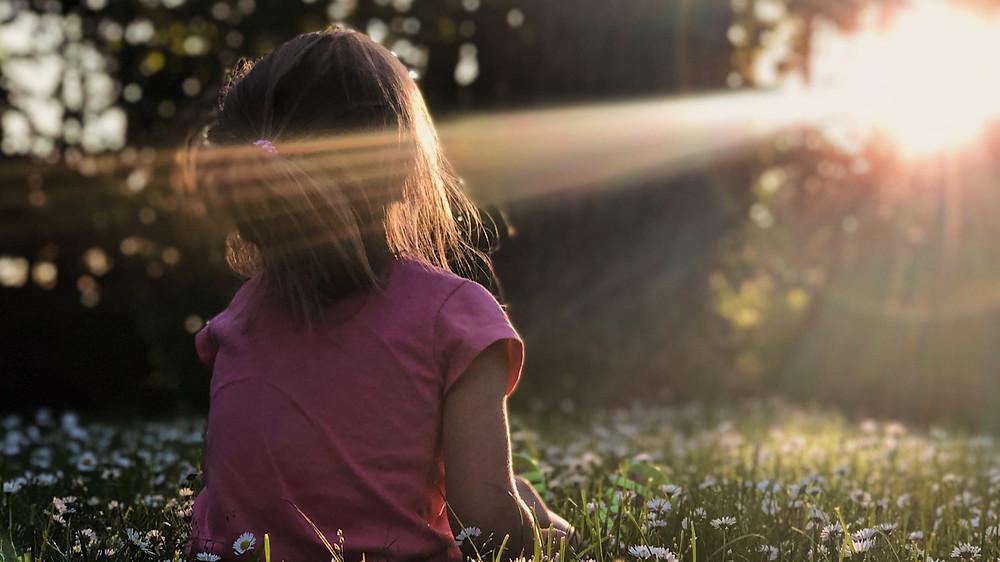 ילדה נחשפת לקרן שמש