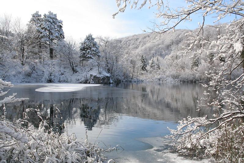 lacs de Plitvice hiver neige