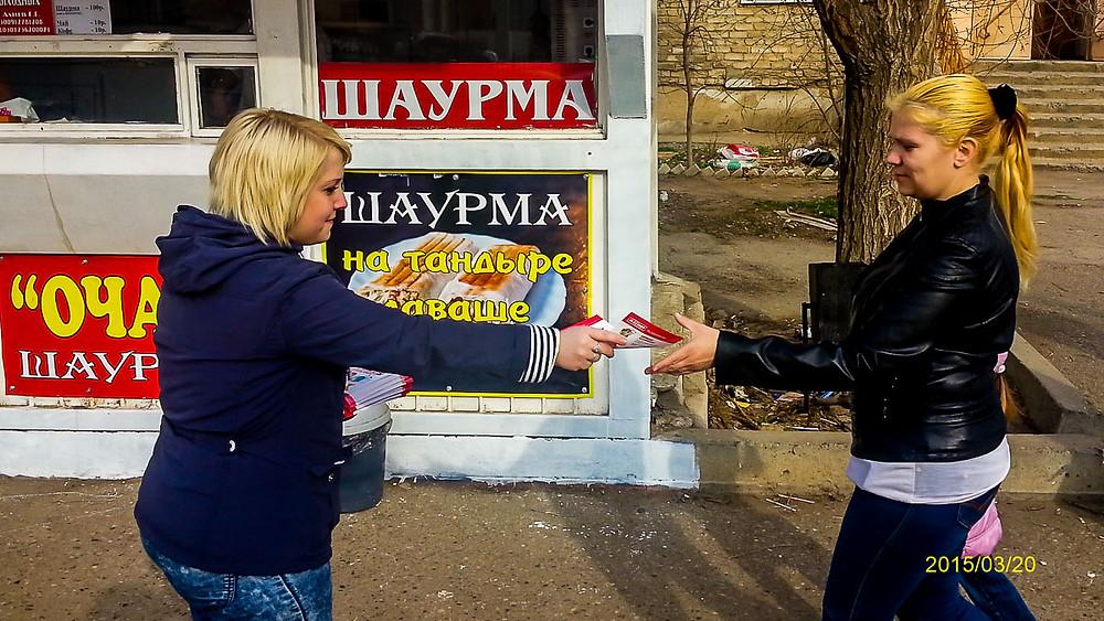 Промоутер раздает листовки и приглашает посетить новый Магнит #graffitifm #рекламноеагентствограффитифм