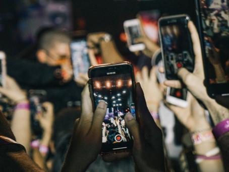 Le smartphone de votre ado semble greffé à sa main ? C'est normal !