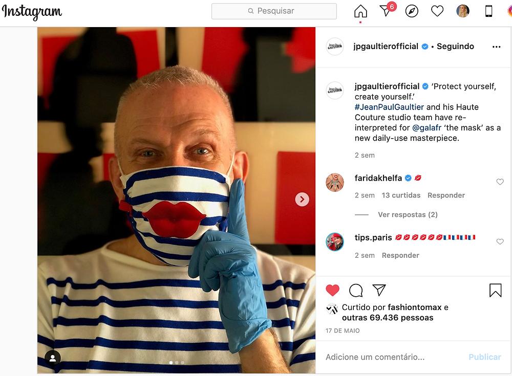 Jean Paul Gautier sentindo sua máscara navy