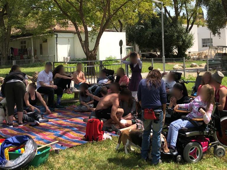 חניכי עמותת ״בית גלגלים״ בעלי שיתוק מוחין מתארחים אצל קהילת ניר דוד