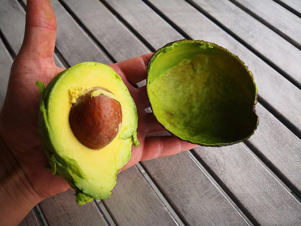 Frisch aus der Schale herausgelöste grüne Avocado riecht wie gutes Olivenöl