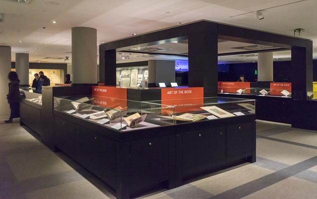 Sir John Ritblat Gallery: sala que abriga alguns dos itens raros e de importância histórica da British Library.