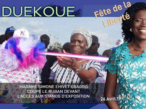 DUEKOUE : MADAME SIMONE EHIVET GBAGBO COUPE LE RUBAN DEVANT L'ACCES AUX STANDS.