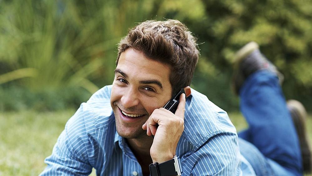 Hombre feliz hablando por teléfono.
